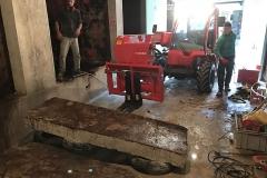 évacuation du bloc découpé dans la paroi de la cuve béton